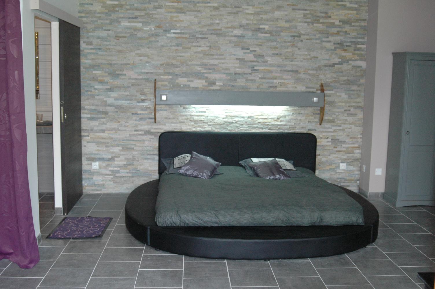 nuit insolite dans lit rond pour s jour amoureux. Black Bedroom Furniture Sets. Home Design Ideas